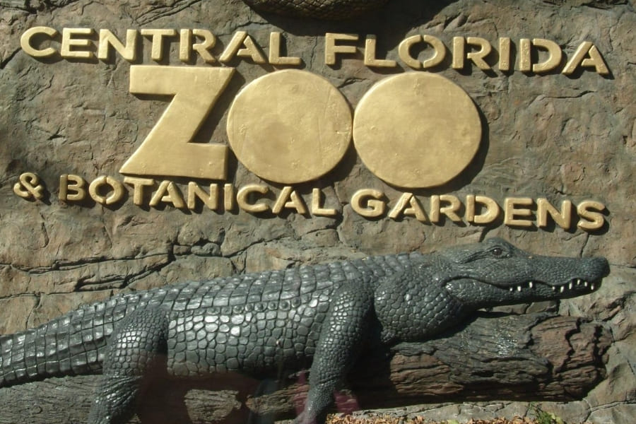 Eingangsschild mit Aligator von Central Florida Zoo und Botanical Gardens in Florida