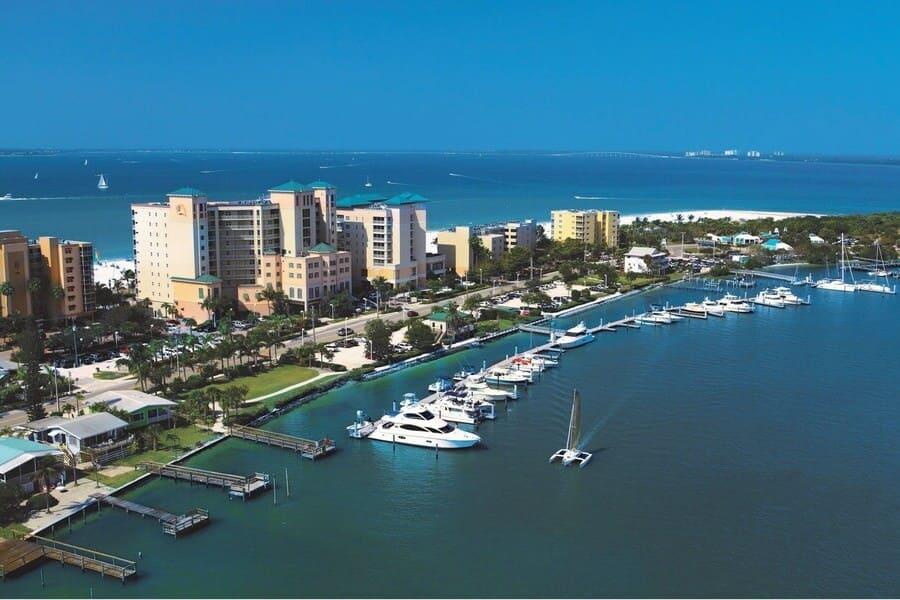Pink Shell Marina Hafen in Fort Myers Beach von oben